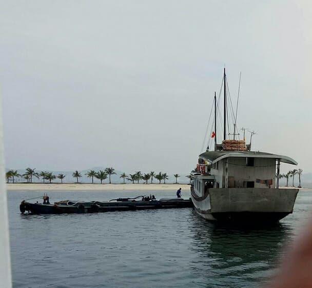 May mắn vụ tai nạn nghiêm trọng đã không xảy ra khi tàu nước chạy cắt mặt tàu du lịch tại cửa âu tàu Tuần Châu. Ảnh: Nguyễn Hùng