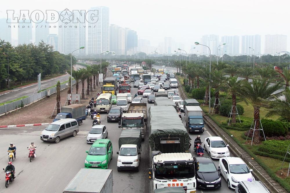 Vụ tai nạn khiến khu vực đầu đại lộ Thăng Long tắc nghẽn kinh hoàng.