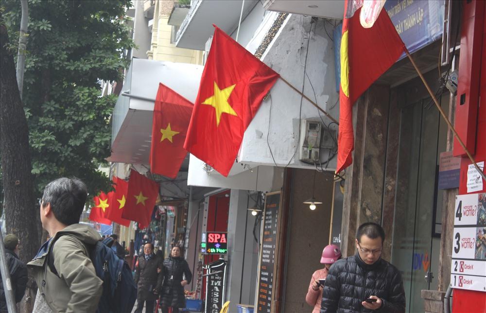 Không khí năm mới đang tràn ngập trên khắp phố phường Hà Nội. Tại nhiều tuyển phố, mỗi  gia đình đều treo cờ Tổ quốc.