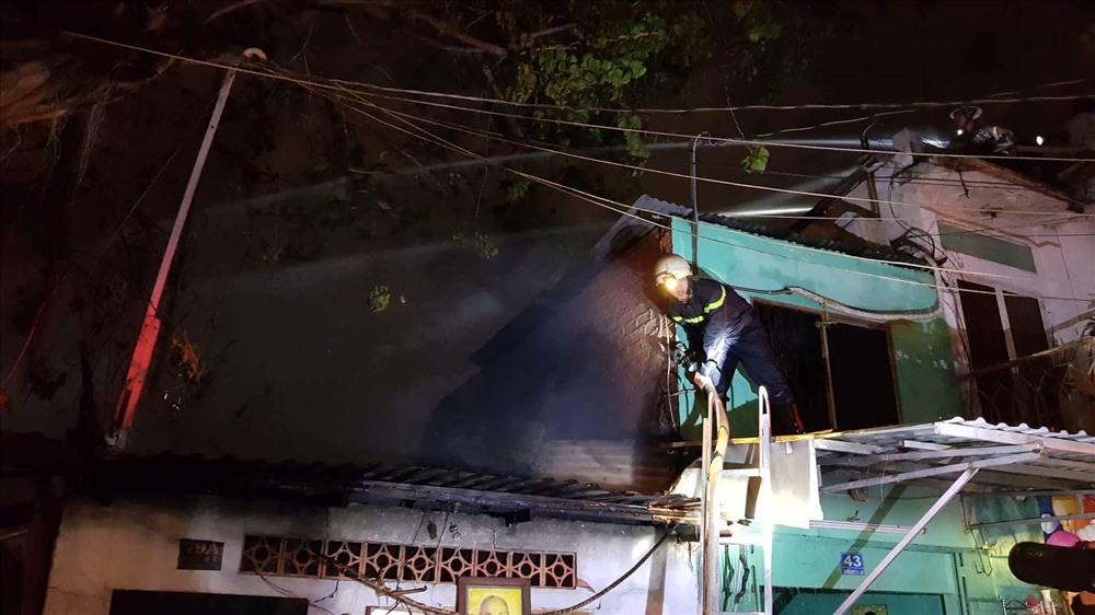 Dù cảnh sát tích cực dập lửa, dập tắt nhanh nhưng đám cháy cũng gây thiệt hại cho 6 căn nhà. Ảnh: T.S