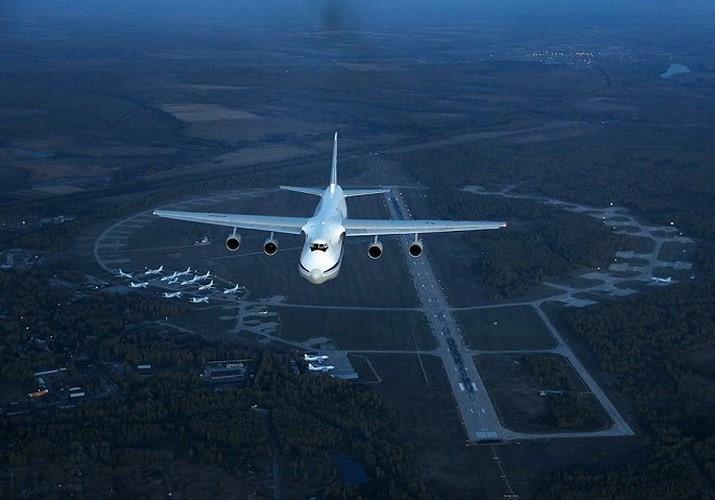Chụp ảnh máy bay là niềm đam mê bất tận của Nagaev. Trong ảnh là chiếc máy bay vận tải quân sự lớn nhất thế giới Antonov An-124 Ruslan.