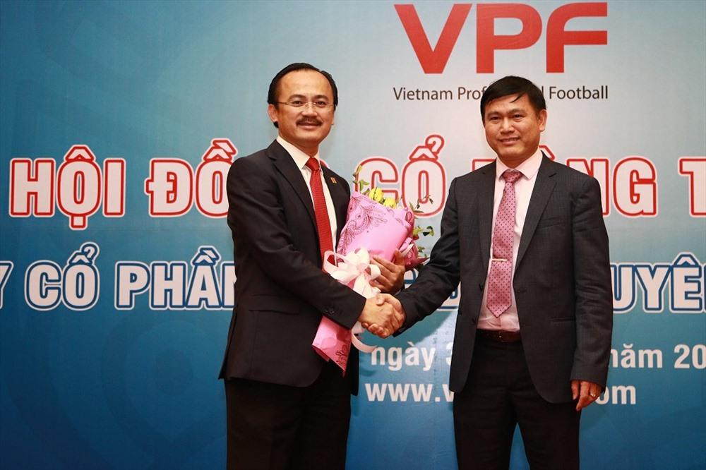 Ông Võ Quốc Thắng cùng tân chủ tịch HĐQT nhiệm kì 3 Trần Anh Tú.