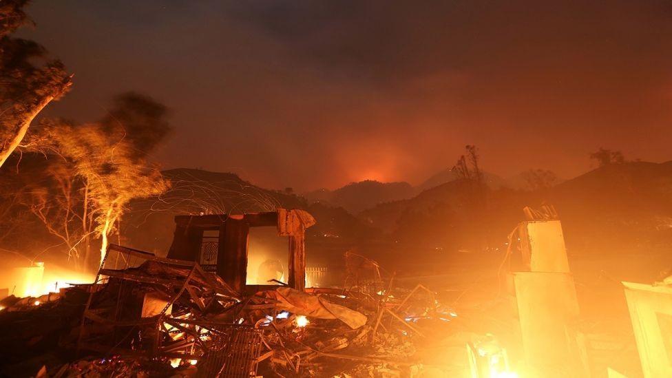 Thảm thực vật khô và lượng mưa quá ít trong khi gió Santa Ana thổi mạnh khiến nguy cơ cháy rừng cao hơn. Hầu như không có mưa trong khu vực trong 6 tháng qua. Giống như đám cháy hồi tháng 10 ở hạt Napa và Sonoma, các vụ cháy mới nhất xảy ra ở các khu vực ngoại thành. Ảnh: Reuters