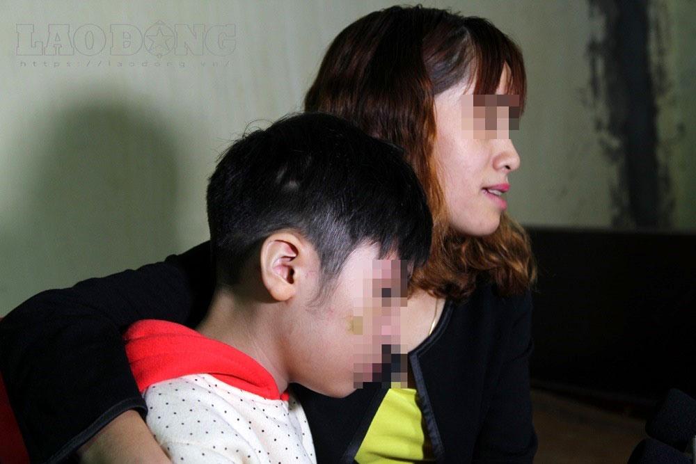 Người mẹ phẫn nộ vì con bị bạo hành.