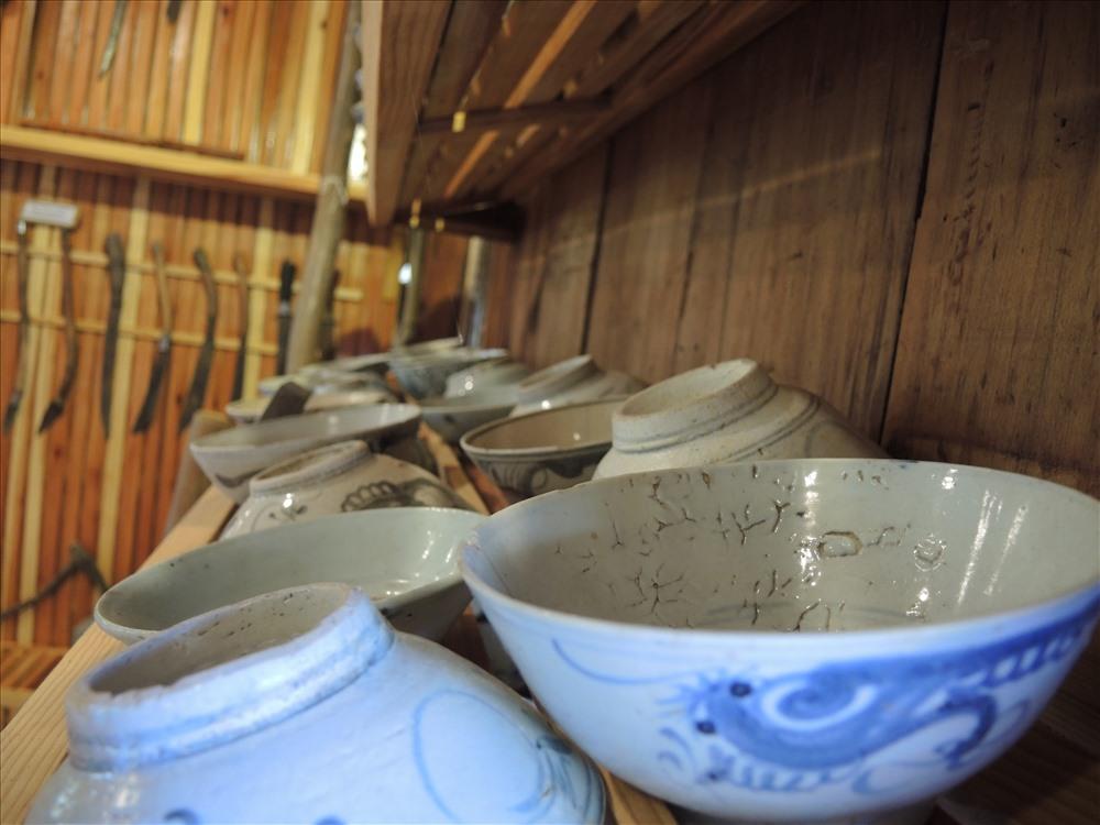 Linh Mục Giuse Nguyễn Đức Ngọc sưu tập cả những vật dụng quen thuộc rất đời thường như chén ăn cơm của người dân tộc Churu (ảnh K.Q)