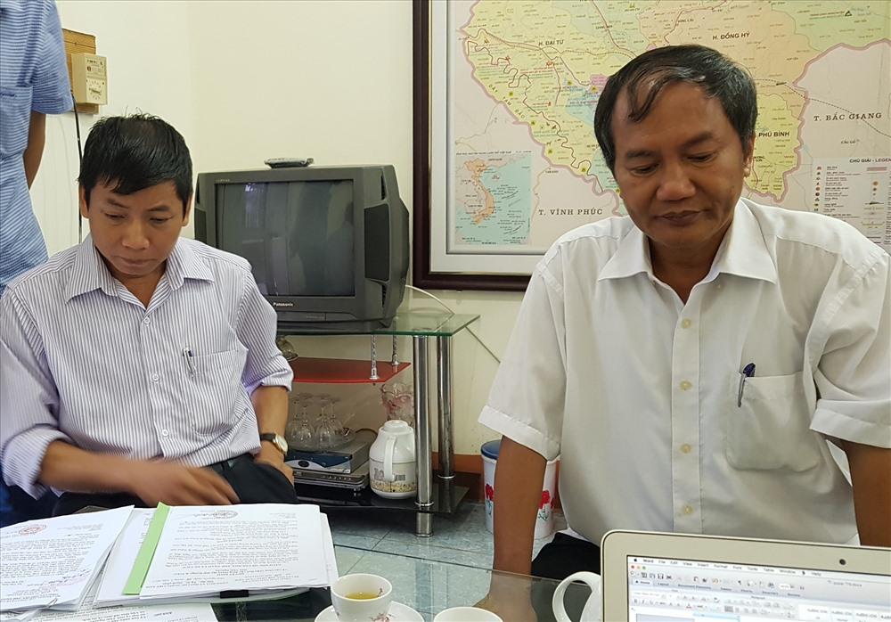 Ông Lưu Công Sơn (phải) và ông Tạ Đình Chiến trong buổi làm việc với PV Báo Lao Động.