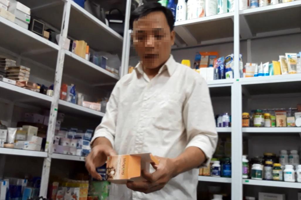 Một nam nhân viên tại cửa hàng HC nhiệt tình tư vấn cho khách hàng.
