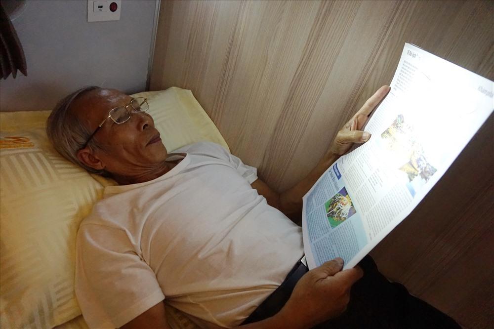 Toa giường nằm có đèn đọc sách, báo