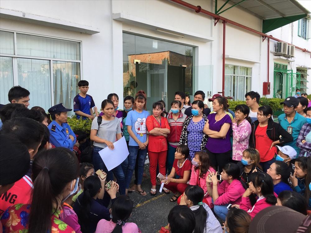 PV báo Lao Động trao đổi với NLĐ - Ảnh: K.N