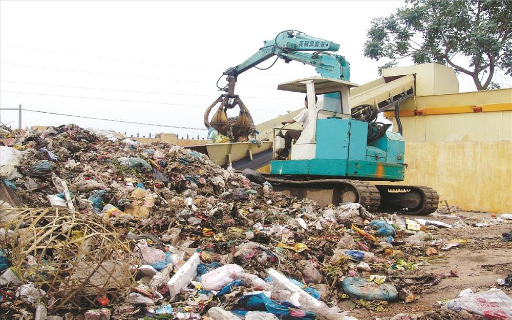 Ở VN, phương pháp xử lý rác thải vẫn chủ yếu là chôn lấp. Ảnh: H.H