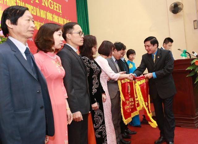 Đồng chí Bùi Văn Cường - Ủy viên TƯ Đảng, Chủ tịch Tổng LĐLĐVN trao tặng Cờ thi đua cho 13 tập thể xuất sắc. Ảnh: Hải Nguyễn