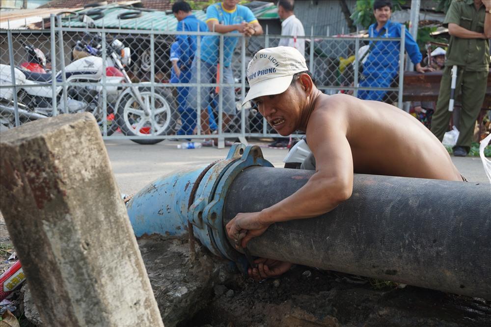 Công nhân khắc phục đường ống nước