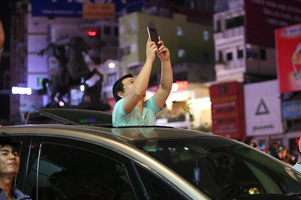 Bất chấp dòng xe cộ chật cứng, người dân vẫn rất vui sướng ghi lại cảnh tượng hơn chục năm mới có lại này. Ảnh: Trường Sơn