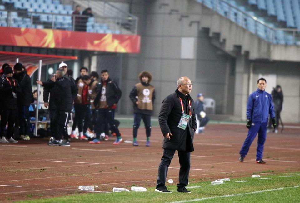 HLV Park Hang-seo không thể giấu được niềm vui, sự xúc động sau trận thắng kịch tính trước U23 Iraq. Ảnh: VFF.