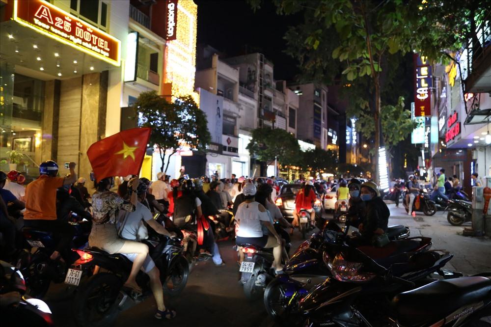 Những lá cờ Tổ quốc lại được các cổ động viên giương lên trên mọi nẻo đường ở khu trung tâm Sài Gòn. Ảnh: Trường Sơn
