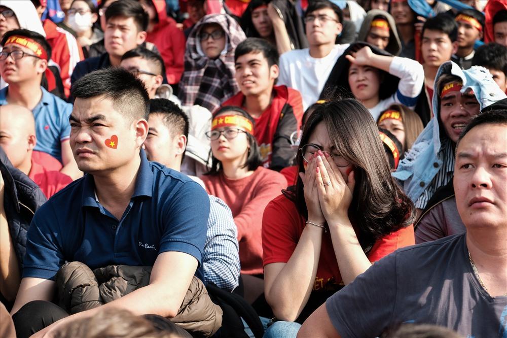 Nữ CĐV đượm buồn khi U23 Việt Nam bị thủng lưới.