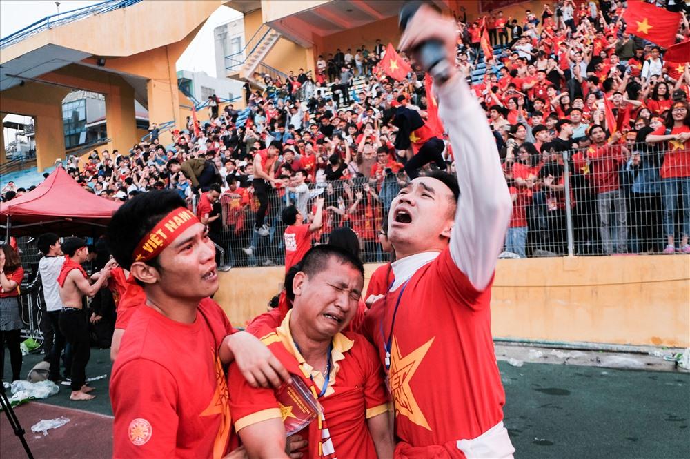 """Nhiều người thậm chí không cầm được nước mắt khi nói về chiến thắng quả cảm này. """"Việt Nam ơi! Quá tuyệt vời!"""" là câu nói của rất nhiều người hâm mộ sau khi chứng kiến hơn 120 phút """"cân não"""" trong trận cầu lịch sử."""