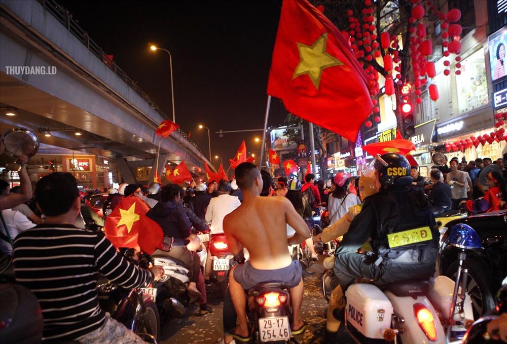 Các CĐV ùn ùn đổ ra các tuyến phố Hà Nội.