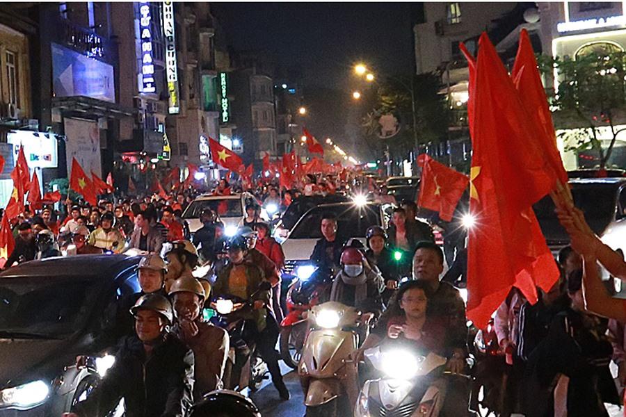 Gần như ngay lập tức, hàng vạn người bắt đầu xuống đường với lá cờ tổ quốc trên tay...