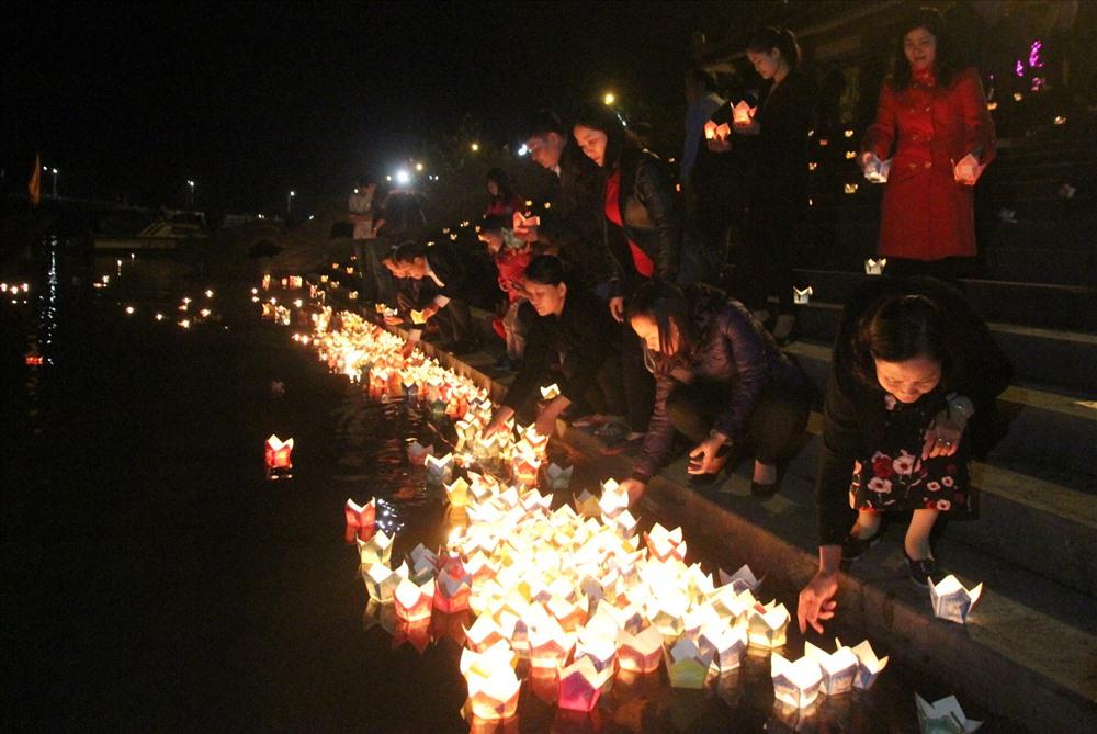 Đèn hoa đăng được thả xuống dòng sông Thạch Hãn. Ảnh: Hưng Thơ.
