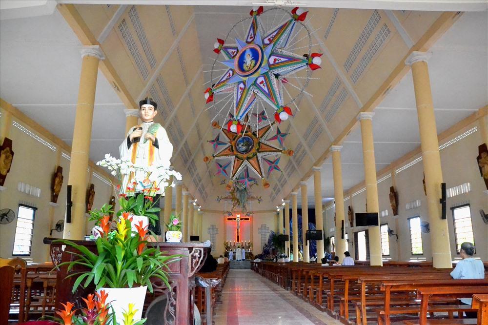 Bên trong nhà thờ (Ảnh: Lục Tùng)