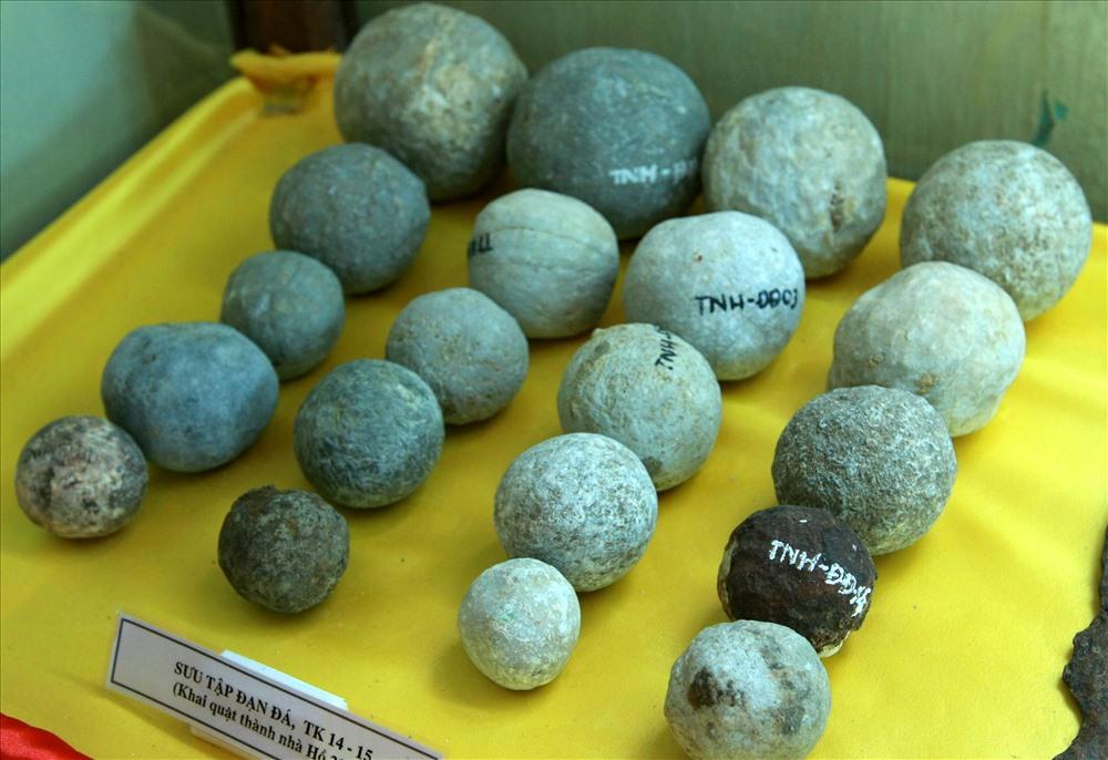 Trong những lần khảo cổ xung quanh khu vực Thành nhà Hồ, các nhà khoa học tìm thấy hàng trăm viên bi đá lớn (bằng quả bóng đá), nhỏ (bằng quả cầu mây). Việc tìm thấy những viên bi đá này giúp củng cố giả thiết người thợ khi xưa đã dùng chúng như con lăn để tời đá từ vùng khai thác đến nơi xây dựng. Kết hợp với tời và đắp đất, người ta đã đưa những phiến đá lên cao để xây thành.