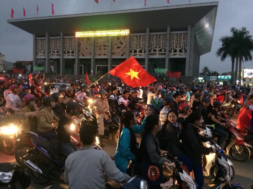 Quảng trường nhà văn hóa tỉnh Quảng Trị đông nghịt người mừng chiến thắng của đội U23 Việt Nam ở trận bán kết. Ảnh: HT.