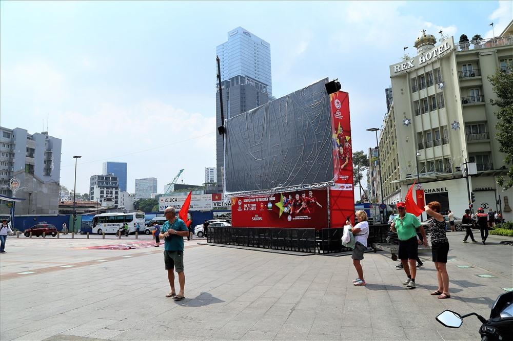 Toàn bộ 10 màn hình khổng lồ đã sẵn sàng Cho trận chung kết. Ảnh: T.S