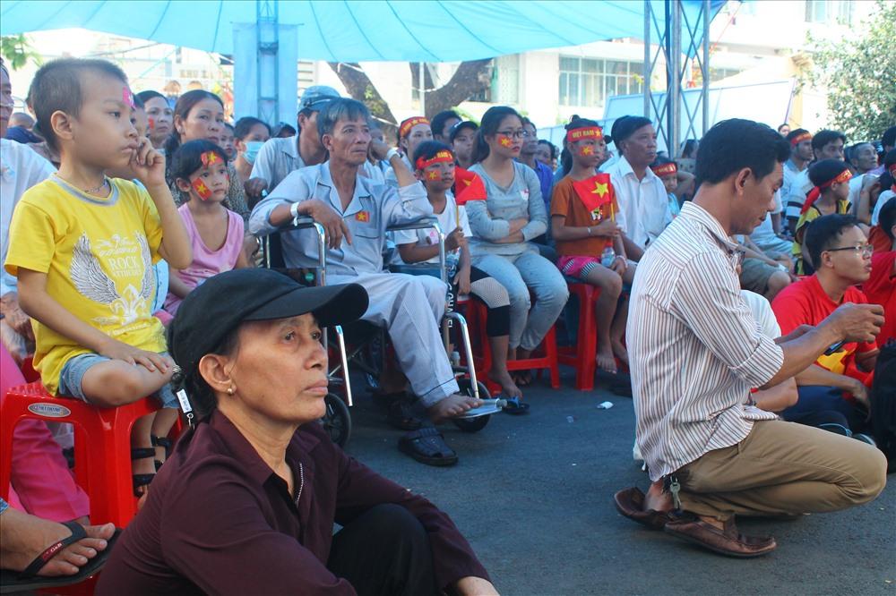 Nhiều người bệnh và người nhà bệnh nhân cùng công nhân viên Bệnh viện Ung Bướu TPHCM háo hức cổ vũ đội tuyển Việt Nam.