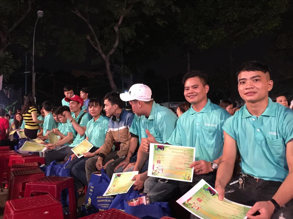 Các nam công nhân Cty YuJin Vina nhận vé xe