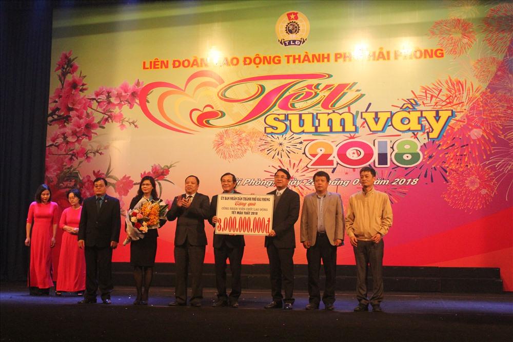 Thành phố Hải Phòng trao tiền hỗ trợ LĐLĐ thực hiện các hoạt động chăm lo lợi ích cho CNLĐ. Ảnh: Trần Vương