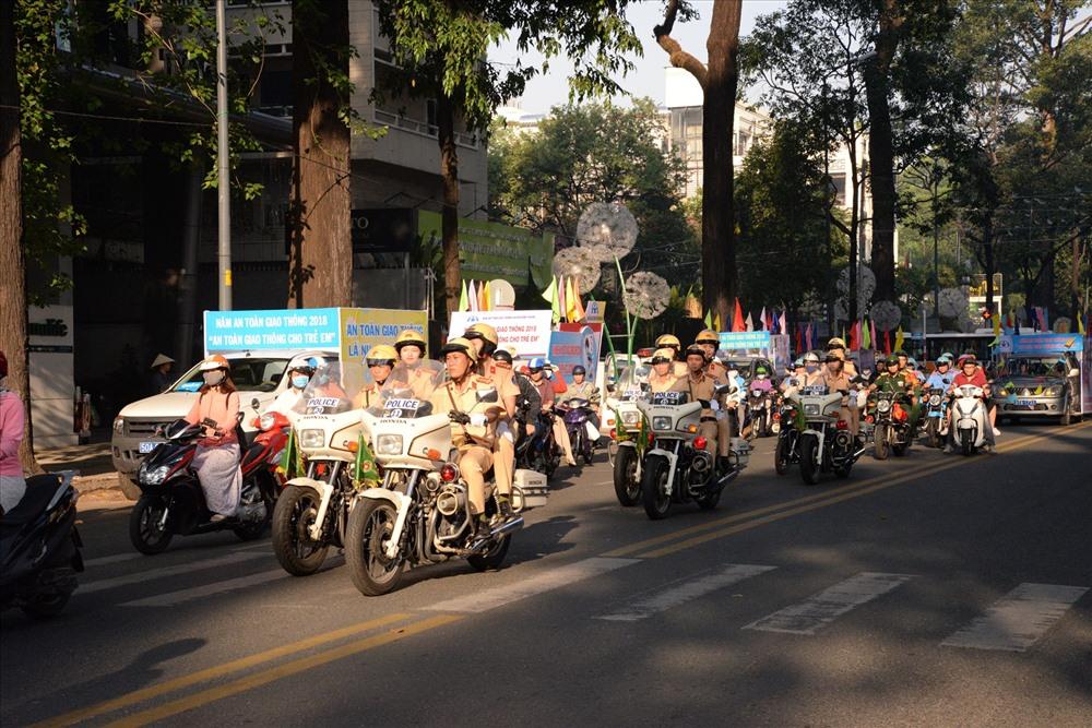 Các lực lượng chức năng diễu hành tuyên truyền an toàn giao thông.