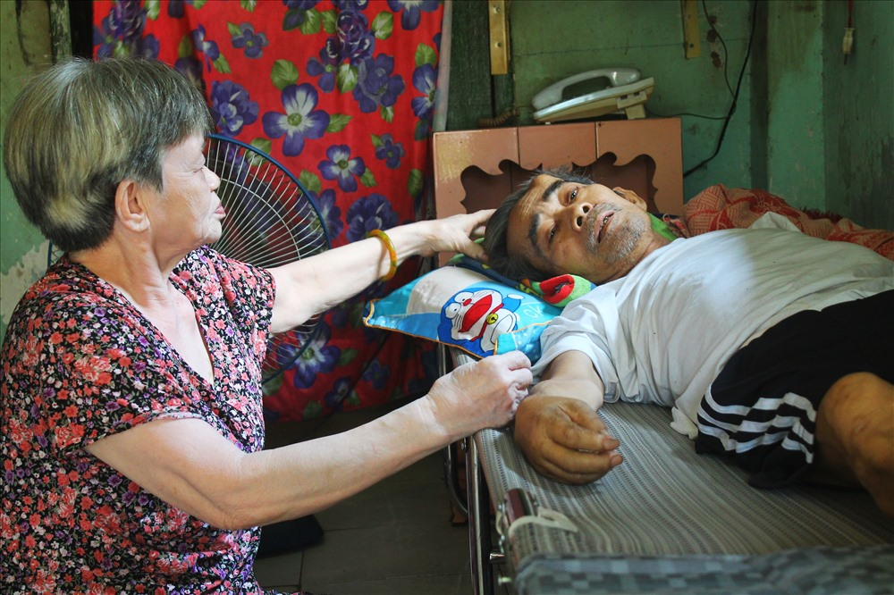 Cựu chiến binh Nguyễn Văn Thực được chẩn đoán: Bướu ác của phế quản và phổi di căn xương gan hạch trung thất gđ IV, Đái tháo đường 2, tăng huyết áp, đau cơ thắt lưng... nằm liệt giường cần giúp đỡ
