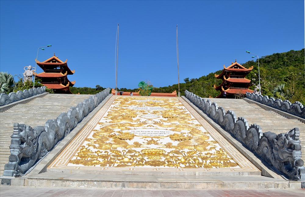 Đường dẫn lên chùa chính là bức phù điêu hình rồng sen được chế tác công phu. (Ảnh:Lục Tùng)