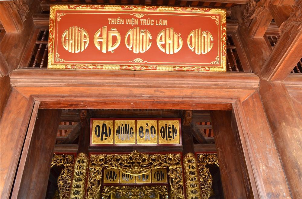Bên ngoài chính điện là biển chữ thuần Việt: Thiền viện Trúc Lâm Hộ Quốc. (Ảnh: Lục Tùng)