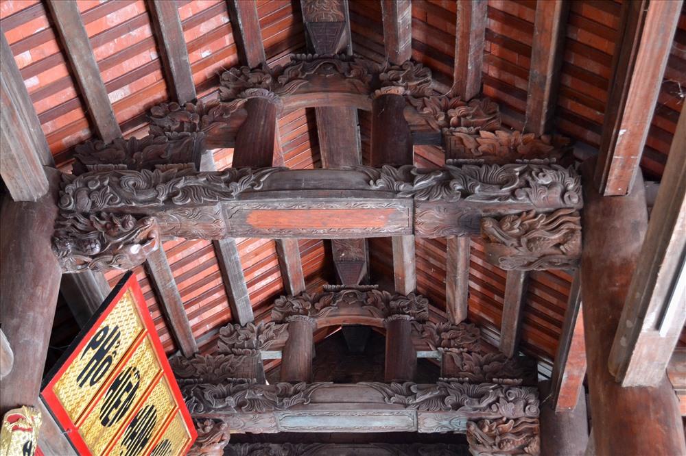 Các cột, kèo cũng được chạm khắc tinh vi. (Ảnh: Lục Tùng)