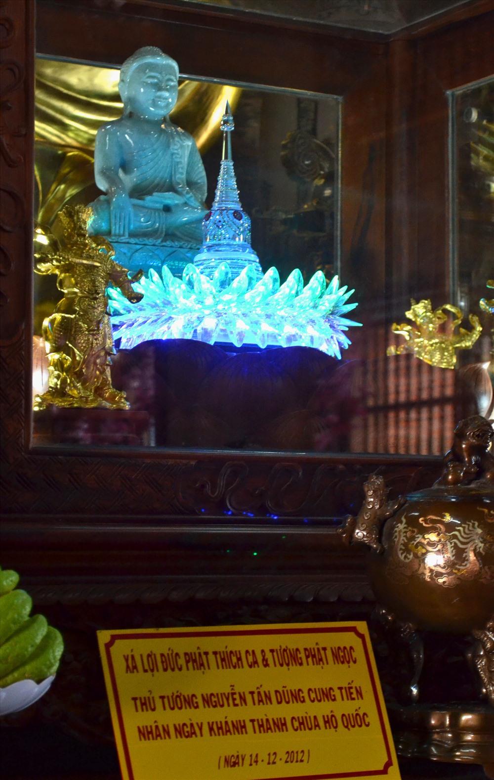 Đặc biệt, đến đây du khách còn có dịp chiêm bái Xá lợi Phật. (Ảnh: Lục Tùng)