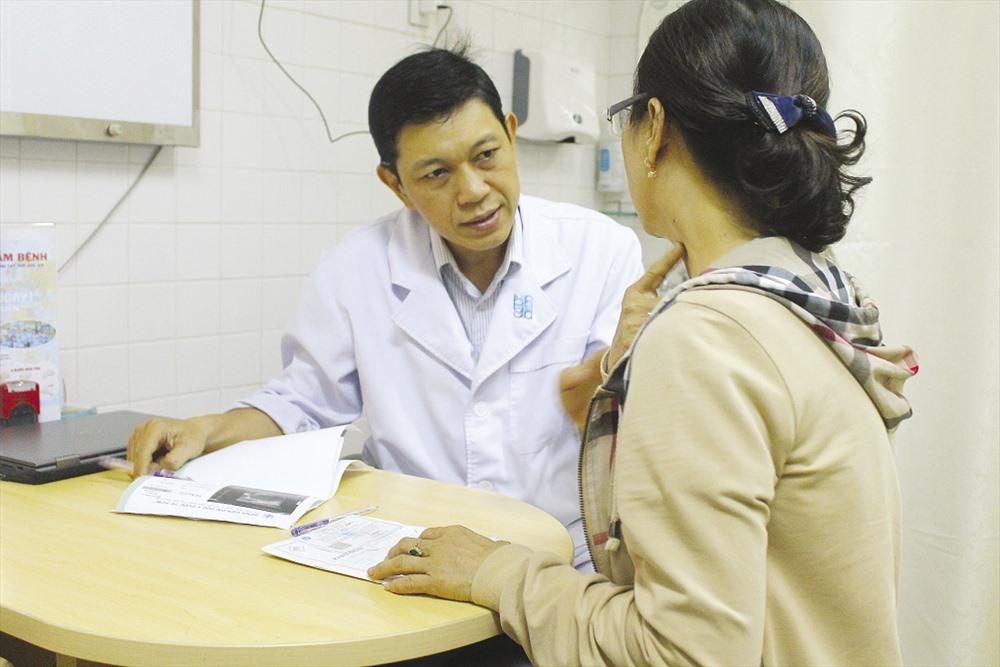 Tiến sĩ, bác sĩ Trần Đặng Ngọc Linh, khoa ung bướu Bệnh viện Đại học y dược TPHCM khám cho 1 bệnh nhân nghi ung thư.