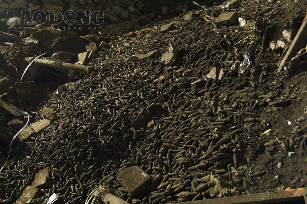 Hàng nghìn đầu đạn chất đống ở ngôi nhà xảy ra vụ nổ kinh hoàng.