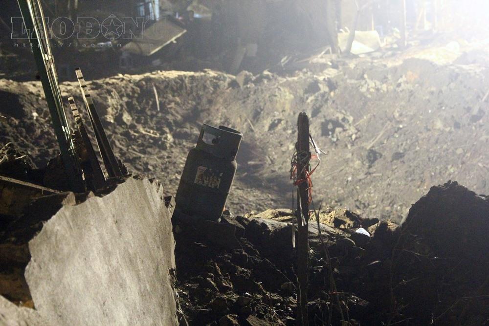 Bán kinh 100m quanh ngôi nhà phát ra nổ cho thấy hầu hết đồ đạc, nhà cửa đều bị san đổ. Trong ảnh là một ngôi nhà cấp bốn, nằm sát khu vực nổ, bị đánh sập hoàn toàn.