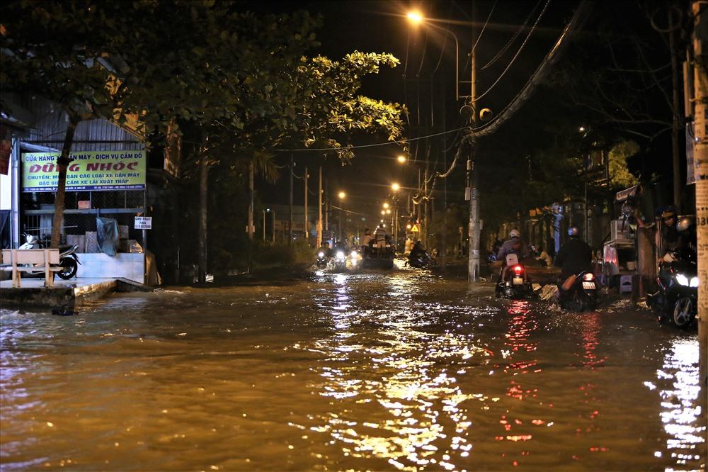 Những hình ảnh đường ngập, nhà đóng rêu mốc do ngập nước với người dân nơi đây đã quá quen thuộc. Ảnh: Trường Sơn