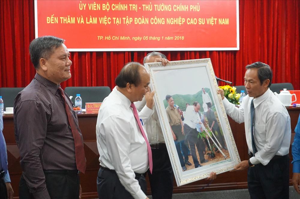 Đại diện VRG tặng quà lưu niệm đến Thủ tướng Chính phủ Nguyễn Xuân Phúc - Ảnh: L.T