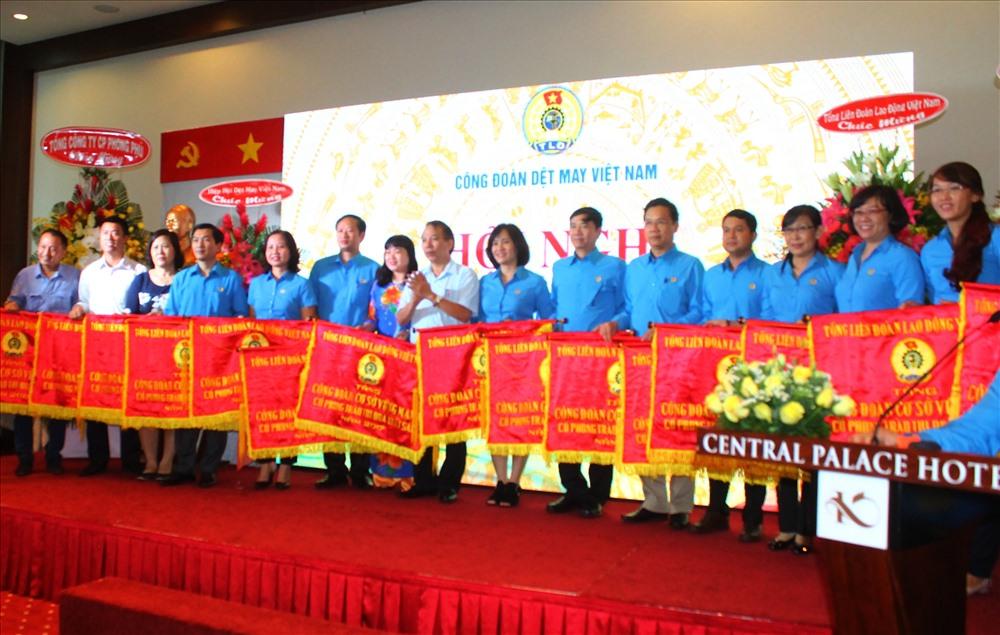 Đồng chí Mai Đức Chính- Phó chủ tịch TLĐLĐ Việt Nam tặng cờ và kỷ niệm chương cho cá nhân, tổ chức đã có thành tích xuất sắc trong năm 2017