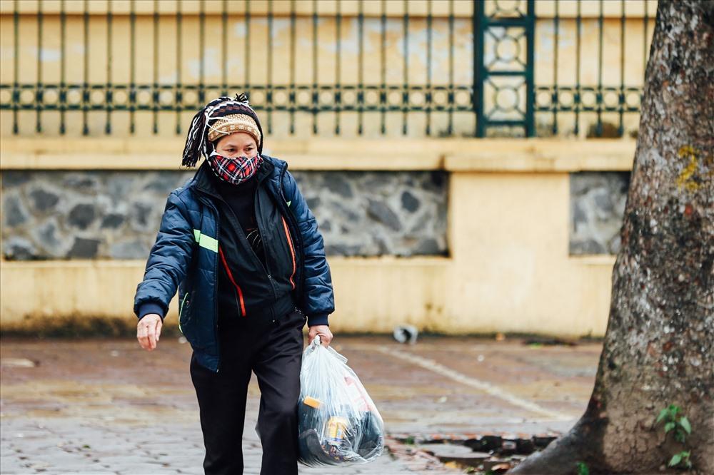 Do ảnh hưởng của không khí lạnh, sáng nay 9.1, tại Hà Nội nhiệt độ xuống thấp chỉ ở khoảng 9 độ C kèm theo mưa nặng hạt. người dân ra đường trong thời tiết vừa mưa vừa lạnh.