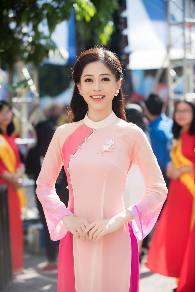 Bùi Phương Nga xuất hiện rạng ngời với chiếc áo dài màu hồng nền nã của NTK Thủy Nguyễn. Ảnh: Như Hoàn - Thiên Hùng