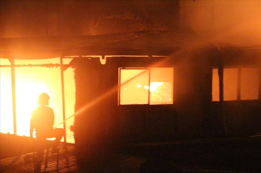 Nhiều chiến sĩ chữa cháy ngay dưới chân nhà xưởng khi nó đổ sụp, hiện chưa có thông tin về sự an toàn của lực lượng chữa cháy.