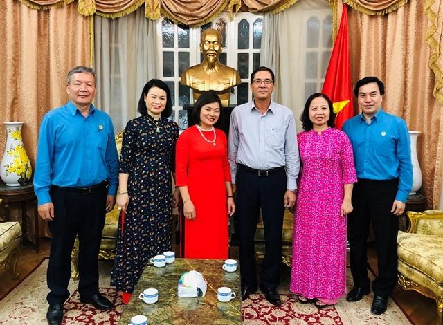 Đại sứ Đỗ Hoàng Long tiếp đoàn công tác CĐ Dệt May VN tại Đại sứ quán VN tại Ai Cập. Ảnh: CĐ Dệt May VN.