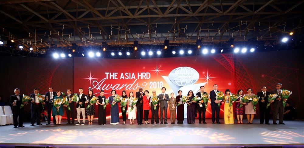 Các cá nhân và đại diện các tổ chức đến từ các nước tại Lễ Vinh Danh Giải thưởng phát triển nguồn nhân lực Châu Á
