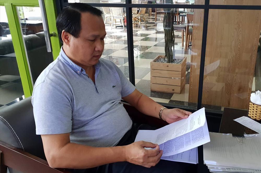 Ông Nguyễn Văn Thắng bên những đơn thư tố cáo.