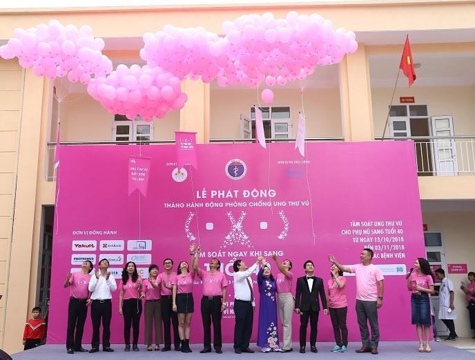 Lãnh đạo Bộ Y tế cùng các nghệ sĩ nổi tiếng tham gia phát động chiến dịch tầm soát ung thư vú. Ảnh: BTC